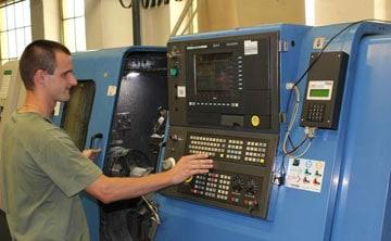 KKP leverandør betjener maskine til spåntagning.